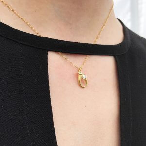 ayesha-mayadas_2055-A_pendant-in-gold-with-diamond_model